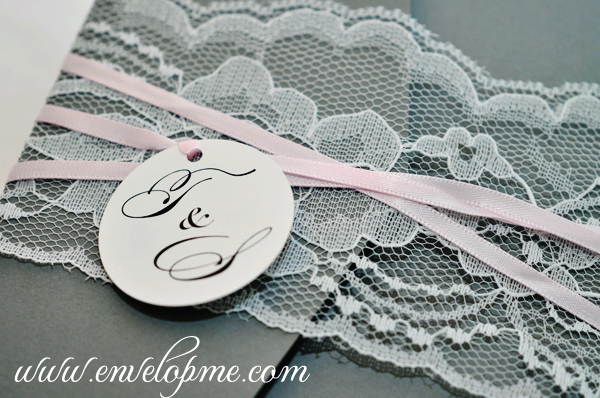 A round die-cut tag with printed monogram embellishes the front of the invitation - www.envelopme.com